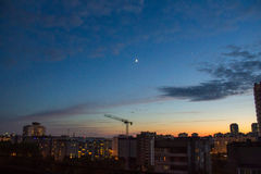 Por do sol sobre a cidade Imagem de Stock