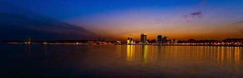 Por do sol sobre a cidade de Baku Fotografia de Stock
