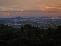 Por do sol sobre a cidade de Phuket Fotos de Stock Royalty Free