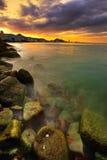 Por do sol sobre a cidade e o oceano Fotos de Stock Royalty Free