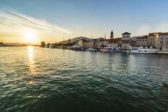 Por do sol sobre a cidade histórica Trogir imagem de stock