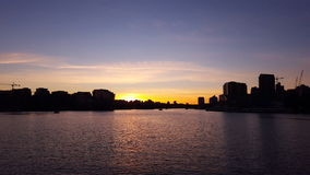Por do sol sobre a cidade no porto Imagem de Stock Royalty Free