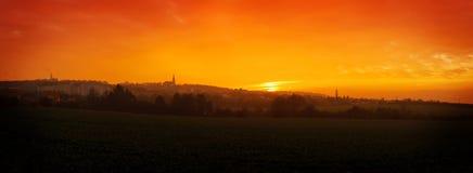 Por do sol sobre a cidade pequena Imagens de Stock Royalty Free
