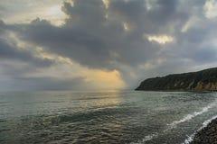 Por do sol sobre a costa Imagem de Stock Royalty Free
