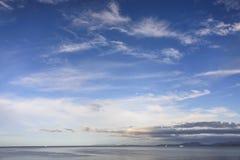 Por do sol sobre a costa Fotografia de Stock