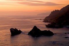 Por do sol sobre a costa de Califórnia Imagem de Stock