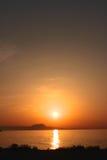 Por do sol sobre a costa do Cretan, opinião do retrato Foto de Stock