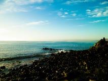 Por do sol sobre a costa em Lanzarote, ilhas canarinas imagens de stock royalty free