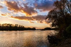 Por do sol sobre Danube River perto de Bratislava, Eslováquia Fotos de Stock