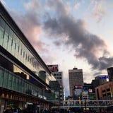 Por do sol sobre a estação de Shinjuku Fotografia de Stock