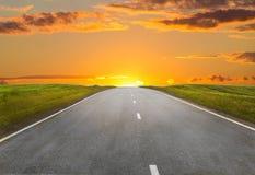 Por do sol sobre a estrada do país Foto de Stock Royalty Free