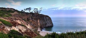 Por do sol sobre a extremidade sul a mais distante da praia de Crystal Cove fotografia de stock royalty free