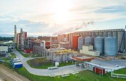 Por do sol sobre a fábrica do combustível biológico fotografia de stock royalty free