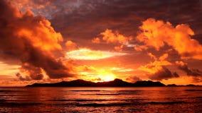 Por do sol sobre a ilha vídeos de arquivo