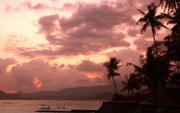 Por do sol sobre a ilha de Bali fotografia de stock