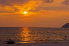 Por do sol sobre Langkawi em malaysia Fotografia de Stock
