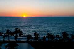 Por do sol sobre a linha costeira tropical Fotografia de Stock