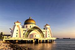 Por do sol sobre a mesquita do selat de Masjid em Malacca Malásia Fotos de Stock