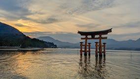 Por do sol sobre Miyajima fotos de stock