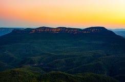 Por do sol sobre a montagem solitário, igualmente sabido como Korowal, nas montanhas azuis de Novo Gales do Sul, Austrália Fotos de Stock