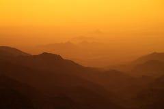 Por do sol sobre montanhas Imagens de Stock