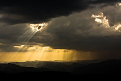 Por do sol sobre montanhas Foto de Stock