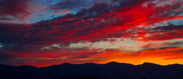 Por do sol sobre montanhas Fotografia de Stock