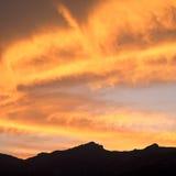 Por do sol sobre montanhas Fotografia de Stock Royalty Free