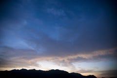 Por do sol sobre montanhas Imagens de Stock Royalty Free