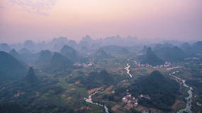 Por do sol sobre montanhas de Guilin Foto de Stock Royalty Free