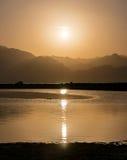 Por do sol sobre montanhas e lagoa em Sinai sul, Dahab Imagem de Stock