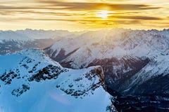 Por do sol sobre montanhas nevado Foto de Stock