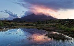 Por do sol sobre montanhas pretas de Cuillin foto de stock royalty free