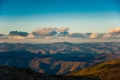 Por do sol sobre montanhas Imagem de Stock