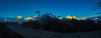Por do sol sobre Monte Everest em GokyoRi Imagens de Stock
