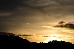 Por do sol sobre montes Fotografia de Stock