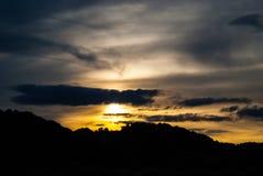 Por do sol sobre montes Imagem de Stock