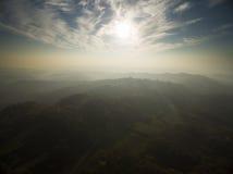 Por do sol sobre montes verdes Fotos de Stock Royalty Free