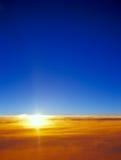 Por do sol sobre nuvens Fotografia de Stock Royalty Free