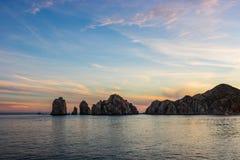 Por do sol sobre o arco no Land's End, em Cabo San Lucas, México, Baja California fotografia de stock