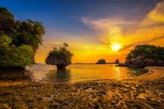 Por do sol sobre o arquipélago de Laopilae em torno da ilha de Ko Hong perto de Krabi, Tailândia fotos de stock