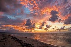 Por do sol sobre o Atlântico em cocos de Cayo, Cuba imagens de stock