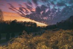 Por do sol sobre o céu colorido Imagem de Stock