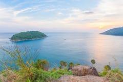 Por do sol sobre o cabo de Promthep e a praia de Yanui Phuket, Tailândia Imagens de Stock Royalty Free