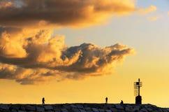 Por do sol sobre o cais Fotografia de Stock