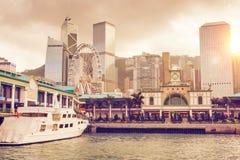 Por do sol sobre o cais central em Hong Kong fotos de stock royalty free