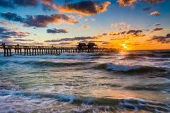 Por do sol sobre o cais e o Golfo do México da pesca em Nápoles, Flori Fotografia de Stock