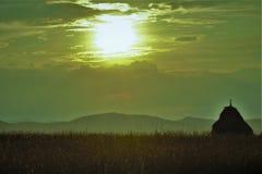 Por do sol sobre o campo Imagens de Stock