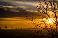 Por do sol sobre o campo verde agrícola - em agosto de 2016 - Itália, Bolo Foto de Stock Royalty Free