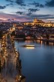 Por do sol sobre o castelo de Charles Bridge e de Praga Foto de Stock